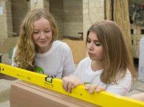 Was Lehmbau mit Nachhaltigkeit zu tun hat, lernten Schülerinnen und Schüler an der Knobelsdorffschule für Bautechnik in Berlin.