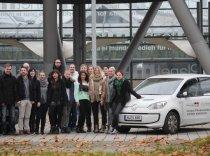 Bei der Metropolregion Hannover durften Schülerinnen und Schüler sich selbst hinter das Steuer eines Elektroautos setzen und erfahren, wie Elektromobilität funktioniert.