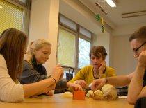Wie kann der Mensch Konstruktionen aus der Tier- und Pflanzenwelt für sich nutzbar machen?Schülerinnen und Schüler gehen den Geheimnissen der Natur im Bioniklabor auf den Grund.