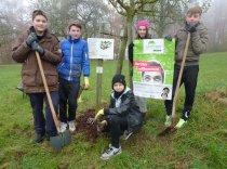 """Selbst mit Schaufel und Hacke aktiv werden, das gefiel den Schülerinnen und Schülern beim Umweltzentrum Stockach. Dort beteiligten sie sich beim Naturschutzprojekt """"Grünes Band Wahlwies""""."""